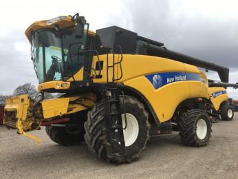 New Holland CX8090 Combine harvesters